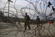 Afganský vojak na obchôdzke neďaleko vojenskej základne Bagrám.