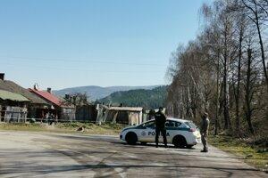 Družstevná ulica v Krompachoch je uzatvorená. Vstup strážia policajti.