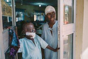 Umar (8) a Adamu (15), chlapci, ktorí prežili ochorenie Nóma po operácii.