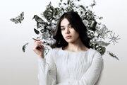Hailee Steinfeld ako poetka Emily Dickinson v seriáli Dickinson.