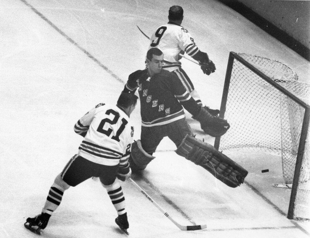 Stan Mikita (21) strávil celú kariéru v NHL v tíme Chicago Blackhawks.