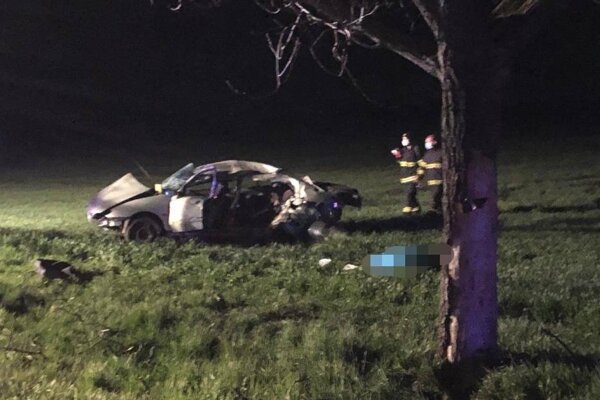 Pri dopravnej nehode prišli o život dvaja ľudia.