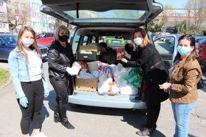 V Lučenci rozdali potravinové balíčky.