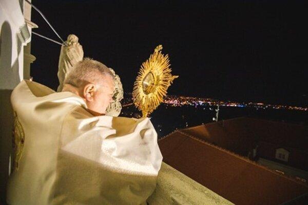 Biskup Judák na veži.