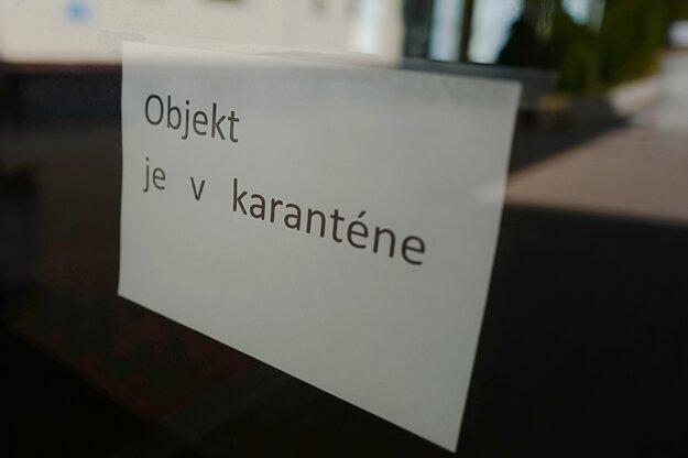 Oznam na vchodových dverách do jedného z karanténnych centier v súvislosti s novám koronavírusom v  Hoteli Granit.