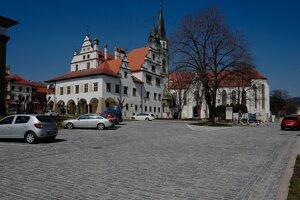 Námestie Majstra Pavla v Levoči s historickou radnicou a Chrámom svätého Jakuba počas opatrení kvôli pandémii nového koronavírusu.