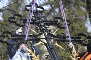 Inštalácia zrekonštruovaného kríža na Urbanovu vežu.
