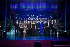 Minuloročný galavečer ESET Science Award. Laureátmi sa stali Ľubomíra Tóthová (tretia zľava), Tomáš Vinař (šiesty zľava) a Ján Tkáč (piaty sprava).