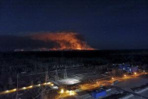 Na snímke zo strechy jadrovej elektrárne pohľad na lesný požiar v uzavretej zóne okolo Černobyľskej jadrovej elektrárne 12. apríla 2020.