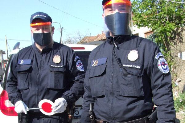 Mestskí policajti aktuálne dohliadajú na dodržiavanie karantény na Borovej ulici aj na bezdomovkyňu, ktorá je v školskom byte.