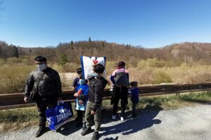 Jánova rodina pred vstupom do uzatvorenej oblasti.
