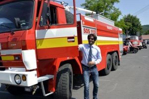 Kaliňák hasičom auto priviezol, na parkovanie asi nemyslel.