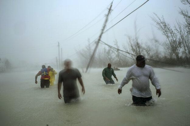 Ramon Espinosa (AP) získal tretiu cenu v kategórii Spot News Singles. Dobrovoľníci sa brodia po zatopenej ceste po tom, ako Bahamy zasiahol hurikán Dorian.