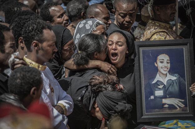 Mulugeta Ayene, AP. Záber smútiacej rodiny po páde lietadla v Etiópii je súčasťou série, ktorá získala prvú cenu v kategórii Spot News Stories