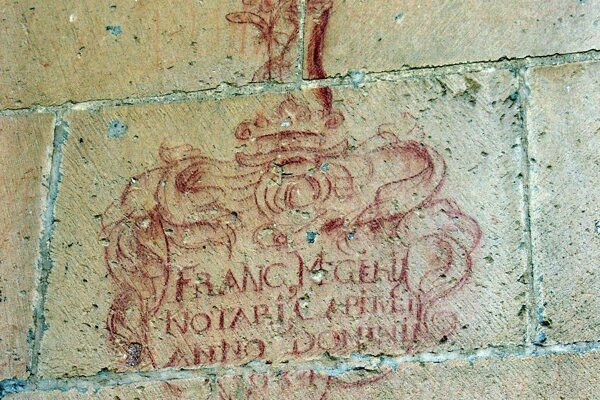 Vizuálne veľmi pekné grafito s heraldickým motívom na vonkajšej stene Katedrály Sv. Martina v Spišskej Kapitule.