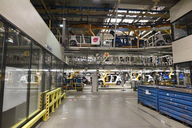 Výrobná hala montáže počas prezentácie nových sanitárnych opatrení v trnavskej automobilke.