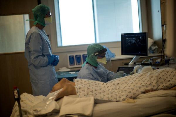 Zdravotníci s pacientom v nemocnici Citadelle Chateau Rouge v meste Liége.