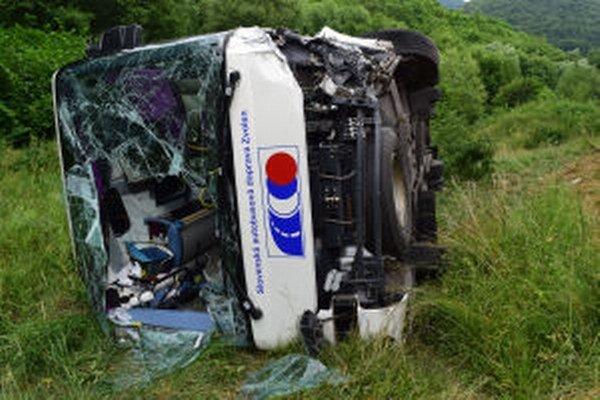 V autobuse bolo v čase zrážky desať ľudí, zranili sa traja.