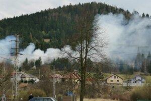 Požiar popri trati. Horí nad rodinnými domami v obci Kolinovce.