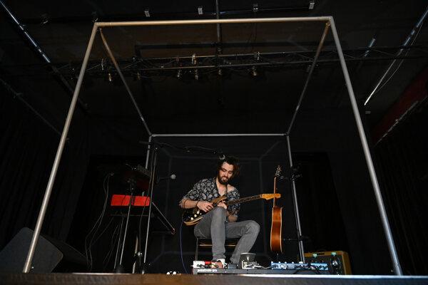 Multiinštrumentalista Jerguš Oravec hrá počas generálky na živý prenos, 17. apríla v trenčianskom klube Lúč.