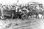 Hľadanie hrobu Špánika po oslobodení r. 1945. Na dvore Rosenberger, kde bol Špánik údajne zavraždený.