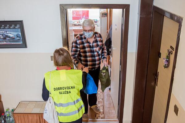 Obedy a nákupy roznášajú dobrovoľníci.