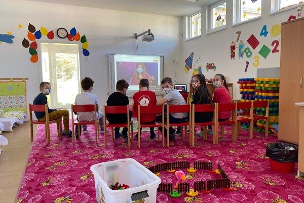 Priestory v materskej škole na Legionárskej ulici v Trenčíne počas koronavírusu poskytlo mesto deťom zamestnancov nemocnice.
