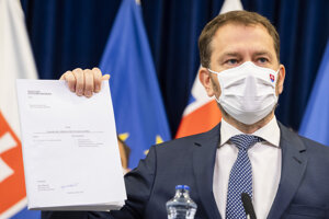 Premiér Igor Matovič (OĽaNO) drží v ruke programové vyhlásenie vlády.