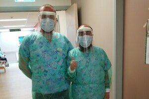 """""""Nurses"""" v práci, v ľahšom ochrannom odeve pri pacientoch bez nákazy na Covid-19."""