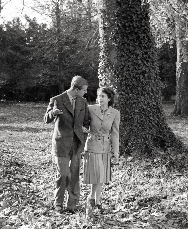 Princezná Alžbeta a princ Philip sa prechádzajú po sídle Broadlands v južnom Anglicku počas ich medových týždňov v novembri 1947.