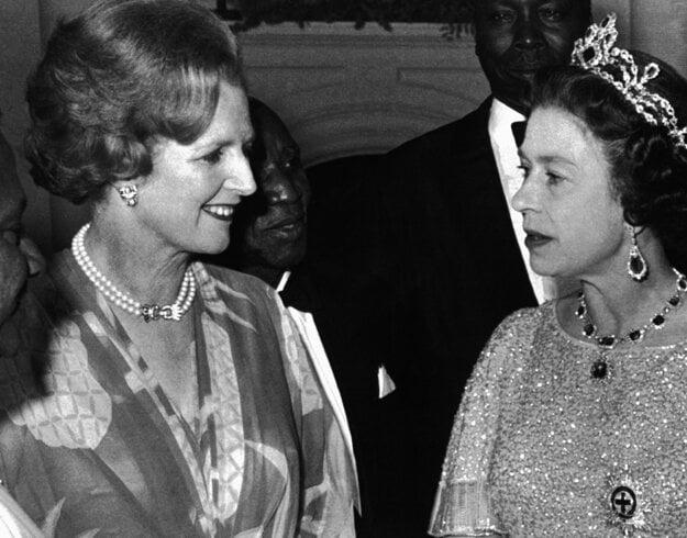 Na snímke z 1. augusta 1979 britská premiérka Margaret Thatcherová (vľavo) a britská kráľovná Alžbeta II. diskutujú počas recepcie  britského Spoločenstva národov v Lusake.