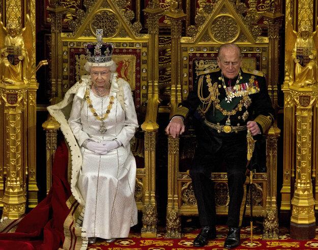 Na snímke z 9. mája 2012 britská kráľovná Alžbeta II. a jej manžel princ Philip počas prejavu v britskom parlamente s trónnou rečou.