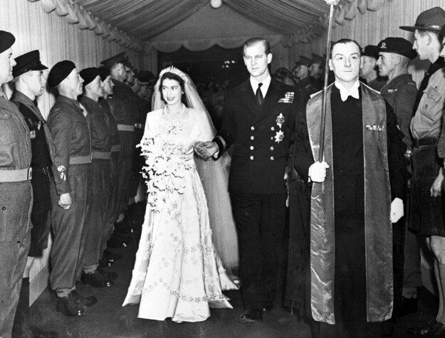 Na snímke z 20. novembra 1947 britská korunná princezná Alžbeta a jej manžel vojvoda z Edinburghu odchádzajú po sobáši z Westminsterského opátstva v Londýne.