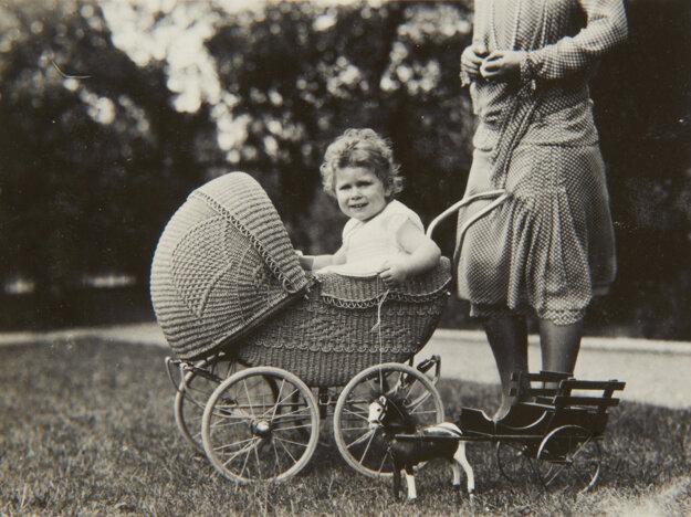 Na fotografii z roku 1928 sedí terajšia britská kráľovná  Alžbeta II. v prútenom kočíku.