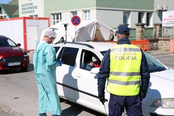 Vjazd áut do nemocnice kontrolujú nepretržite už piaty týždeň.