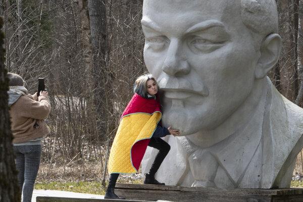 Žena pózuje pri soche Lenina pri jazere Razliv neďaleko  Petrohradu 22. apríla 2020.