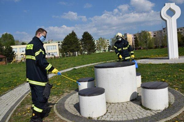 Dobrovoľní hasiči počas dezinfekcie na lučeneckom sídlisku Rúbanisko.