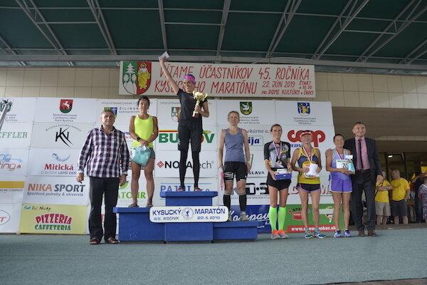 Ocenení bežci po 45. ročníku Kysuckého maratónu.
