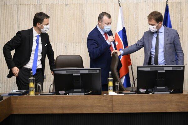 Predseda vlády Slovenskej republiky Igor Matovič, minister práce, sociálnych vecí a rodiny SR Milan Krajniak a podpredseda vlády a minister financií SR Eduard Heger.
