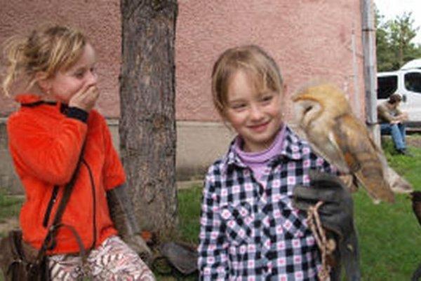 Základná škola v Štiavnických Baniach je známa výučbou sokoliarstva.