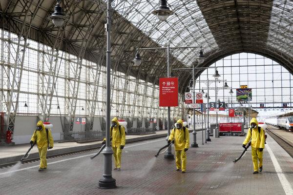 Dezinfikovanie jednej zo staníc v Moskve.