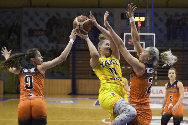 Vanda Kozáková (s loptou) nebola so svojimi výkonmi počas sezóny spokojná.