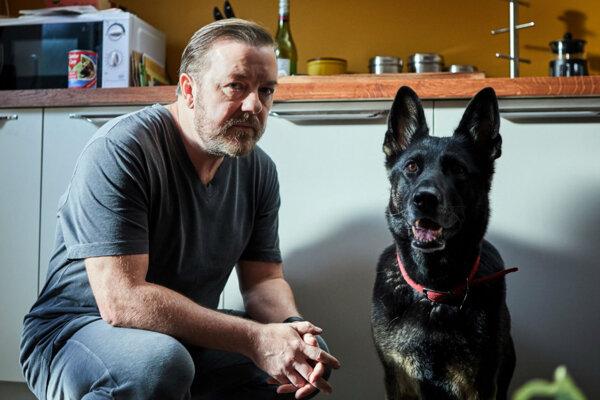 Ricky Gervais v seriáli After Life, ktorý aj napísal a zrežíroval.