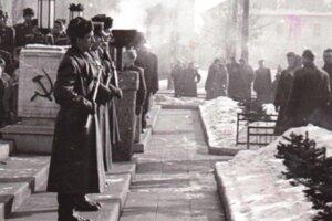 Fotografia z kladenia vencov pri príležitosti 15. výročia oslobodenia mesta, rok 1960.