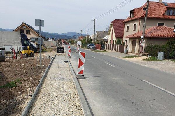 Výstavba chodníka na Zliechovskej ulici.