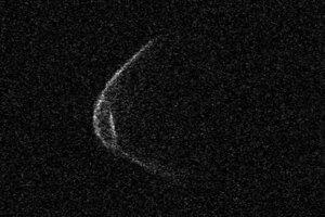 Pre povrchové útvary na okraji asteroidu sa zdá, že si na prelet okolo Zeme asteroid priniesol masku.