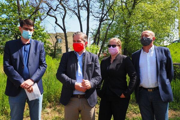 Tlačový brífing poslancov. Peter Krajňák (Most-Híd), Miroslav Benko (Smer-SD), Jaroslava Kutajová (Mostn-Híd), Ľudovít Malaga (Smer-SD).