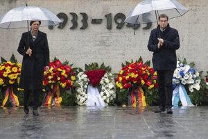 Bavorský premiér Markus Söder a predsedníčka bavorského parlamentu Ilse Aignerová počas pietnej spomienky pri príležitosti 75. výročia oslobodenia koncentračného tábora Dachau.