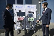 Generálny riaditeľ spoločnosti Chirana Ján Brkal a minister zdravotníctva SR Marek Krajčí si prezerajú pľúcne ventilátory, ktoré vyrábajú v spoločnosti Chirana.