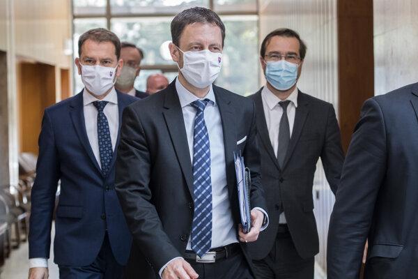 Minister financií Eduard Heger, premiér Igor Matovič a minister zdravotníctva Marek Krajčí (všetci OĽaNO) prichádzajú na  rokovanie vlády v Bratislave 30. apríla 2020.